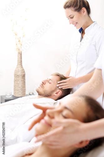 Relaks w spa. Kobieta i mężczyzna razem na zabiegu pielęgnacyjnym w gabinecie spa.