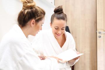 Razem w spa. Dwie młode kobiety oczekują na zabieg kosmetyczny w luksusowej klinice kosmetycznej. © Robert Przybysz