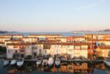 Wasserstraße im Hafen von Port Grimaud mit St. Tropez im Hintergrund, Côte d'Azur / Frankreich - 221272582