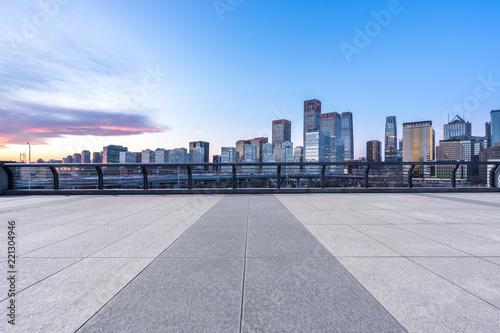 mata magnetyczna empty square with city skyline