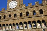 Steinerne Fassade des Palazzo Vecchio mit einer Reihe von Blindfenstern - 221391581