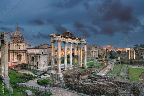 Forum Romanum w półmroku. Forum Romanum jest jedną z głównych atrakcji turystycznych w Rzymie, we Włoszech.