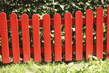 Roter bemalter Holzgartenzaun - 221437325