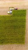 Maisernte auf Feld mit Traktor von oben - 221477968