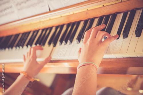 Junges Mädchen spielt leidenschaftlich auf Klavier, Ausschnitt der Hände - 221485114