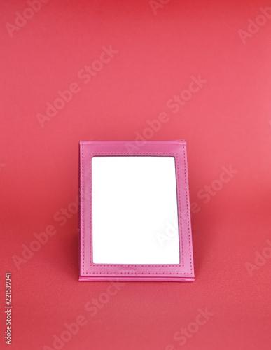 lustro w różowej ramce na różowym tle