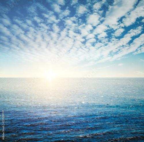 Wschód słońca oceanu tropikalnego