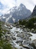 Cima di una montagna con un ruscello che scorre nell'alto Caucaso in Georgia - 221571132
