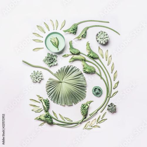 Zieleni tropikalni liście i skarbikowany kwiatu skład z wodnym pucharem na białym tle, odgórny widok, mieszkanie nieatutowy. Spa i wellness, koncepcja z miejsca na kopię do projektowania, tekstu lub produktu