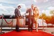 Leinwanddruck Bild - Paar kommt mit Limo am roten Teppich an