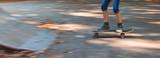Panoramaaufnahme mit Bewegungsunschärfe eines Kindes auf einem Skateboard