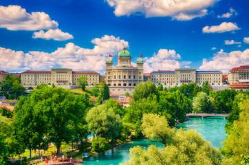 Bundeshaus in der Bundesstadt Bern mit Aare, Schweiz