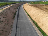 Luftbild einer neu gebauten Straße - 221661751