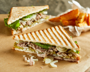 Sandwich with beef, tomatoes and cucumber