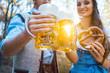 Leinwanddruck Bild - Frau und Mann in Bayerischer Tracht trinken Bier