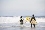Surfistas entrando al mar - 221702135