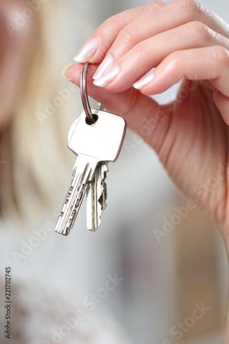 Leinwanddruck Bild Frau hält Schlüssel in ihren Fingern