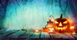 Leinwanddruck Bild - Halloween - Jack O' Lanterns And Candles On Table In Misty Night