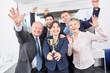 Leinwanddruck Bild - Geschäftsleute als Sieger Team mit Pokal