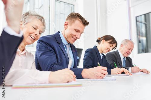 Mitarbeiter schreiben Test im Seminar - 221728792