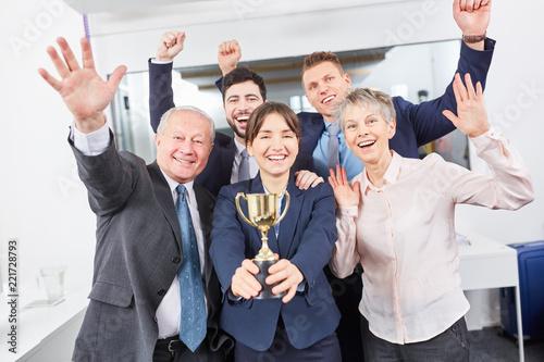 Leinwanddruck Bild Geschäftsleute als Sieger Team mit Pokal