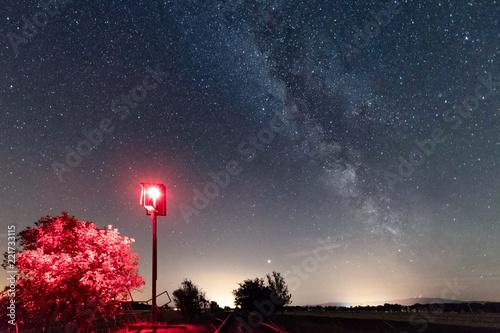 Rotes Haltesignal und Milchstraße, Sternenhimmel