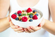Gesundes Müsli mit Haferflocken, Joghurt, Himbeeren, Blaubeeren und Mandeln