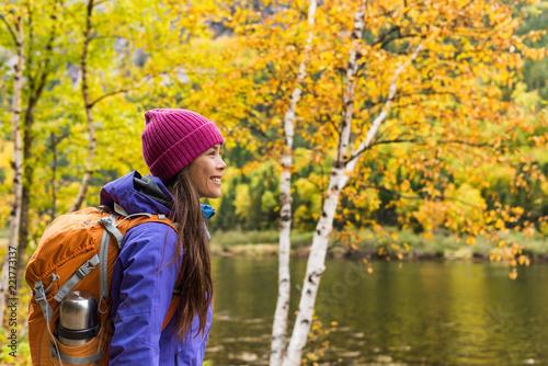 Kobieta wycieczkowicz wycieczkuje patrzeć scenicznego widok spadku ulistnienia góry krajobraz. Przygody podróży osoba stojąca na zewnątrz relaksujący w pobliżu rzeki podczas wędrówki natury w jesieni.