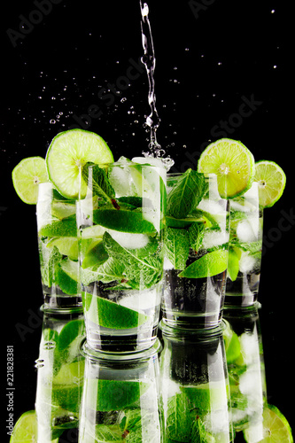 Leinwanddruck Bild Pouring mojito
