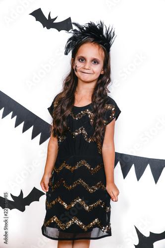 Szczęśliwa dziewczyna w Halloween która kostium ma zabawę. impreza halloween'owa