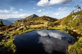Kleiner See am Berg mit Spiegelung - 221852728