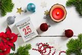 weihnachtliche Dekoration und Abreißkalender mit dem 25.12.2018 auf weißem Holzuntergrund