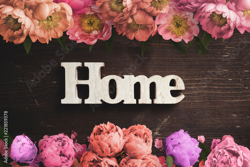 """Leinwanddruck Bild word """"home"""" on wooden background with many flowers"""
