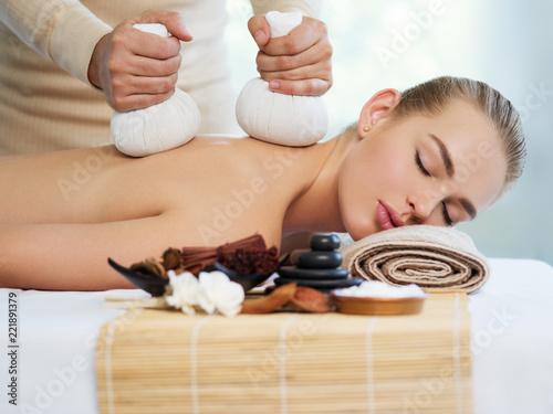 Kobieta coraz masaż gorącymi kamieniami
