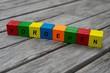 Farbige Holzwürfel mit Buchstaben auf dem das Wort Vorgehen abgebildet ist, Abstrakte Illustration - 221893330