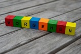 Farbige Holzwürfel mit Buchstaben auf dem das Wort Vorgehen abgebildet ist, Abstrakte Illustration