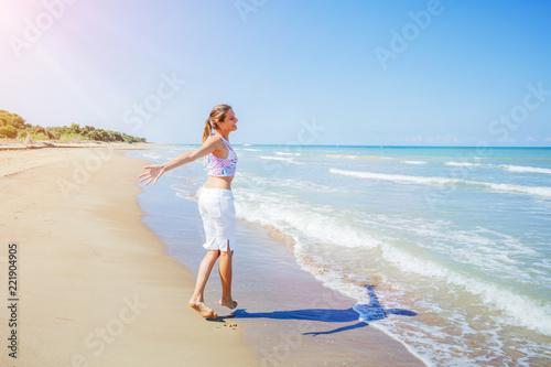 Foto Murales Girl having fun on the tropical beach