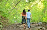 森の小道を歩く二人 - 221915343