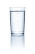 Leinwanddruck Bild - Glas mit Wasser vor einem weißem Hintergrund
