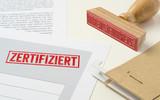 Roter Stempel auf Unterlagen - Zertifiziert - 221951567