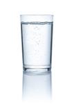 Glas mit Wasser vor einem weißem Hintergrund - 221951572