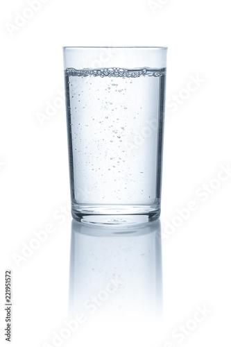 Leinwanddruck Bild Glas mit Wasser vor einem weißem Hintergrund