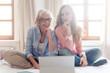 Leinwandbild Motiv Senior und junge Frau arbeiten zusammen als Selbständige