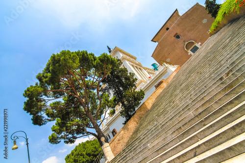 Widok na Altare della Patria z perspektywy schodów Kapitolu.