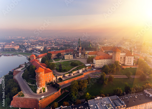 Foto Murales Aerial view Royal Wawel Castle and Gothic Cathedral in Cracow, Poland, with Renaissance Sigismund Chapel with golden dome, fortified walls, yard, park and tourists.