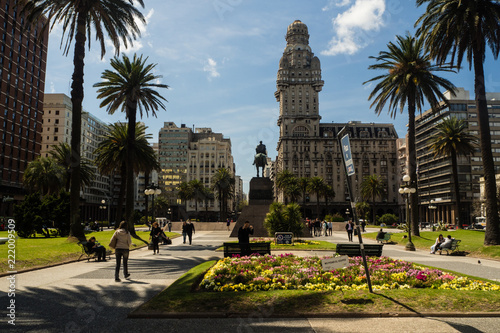 Leinwanddruck Bild Main square in Montevideo, Plaza de la independencia, Salvo palace