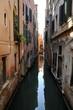 Vicolo della città di Venezia con antiche case ed canale di navigazione