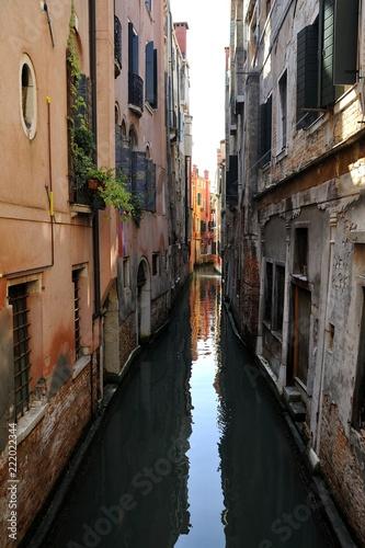 Vicolo della città di Venezia con antiche case ed canale di navigazione - 222022344