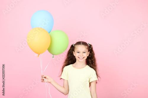 Śliczna młoda dziewczyna z barwionymi balonami na różowym tle