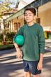 Junge mit einem Ball im Ferienlager